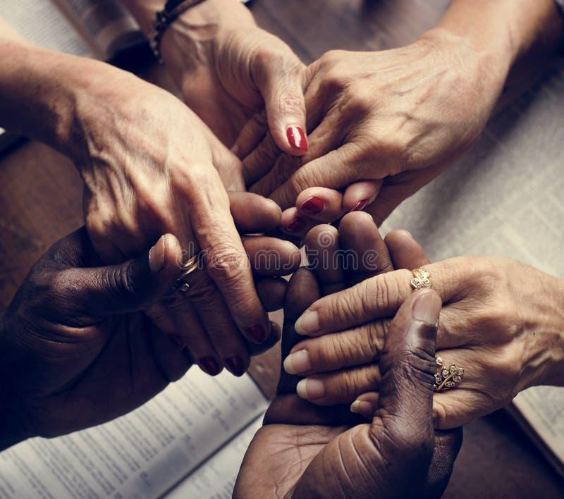 Religiöses Konzept des verschiedenen Leutehändchenhaltens lizenzfreies stockfoto