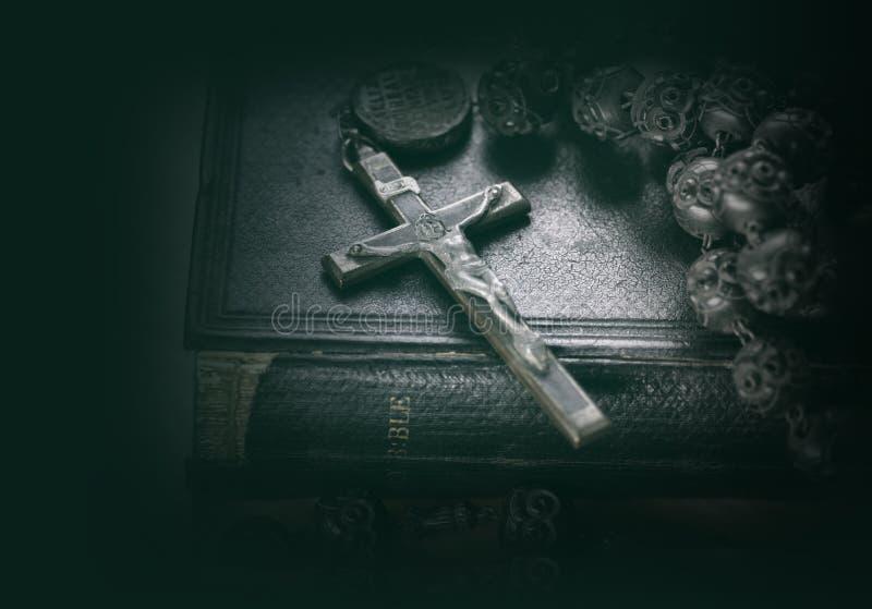 Religiöses Konzeptbild der Bibel und des Kreuzes lizenzfreie stockbilder