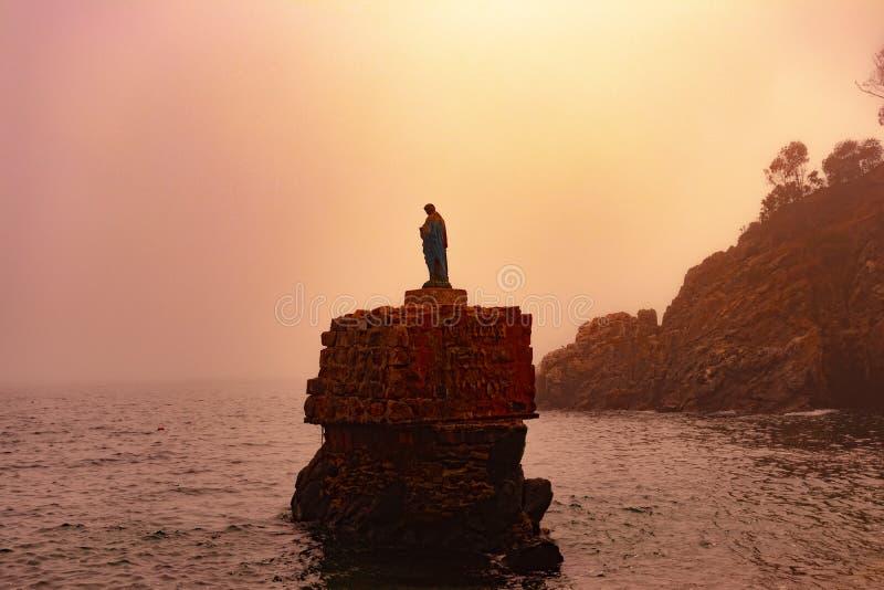 Religiöst diagram i mitt av havet som skyddar fiskarna royaltyfri fotografi