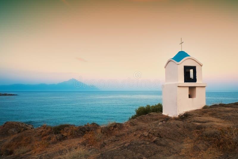 Religiöst kapell längs det Aegean havet arkivfoto