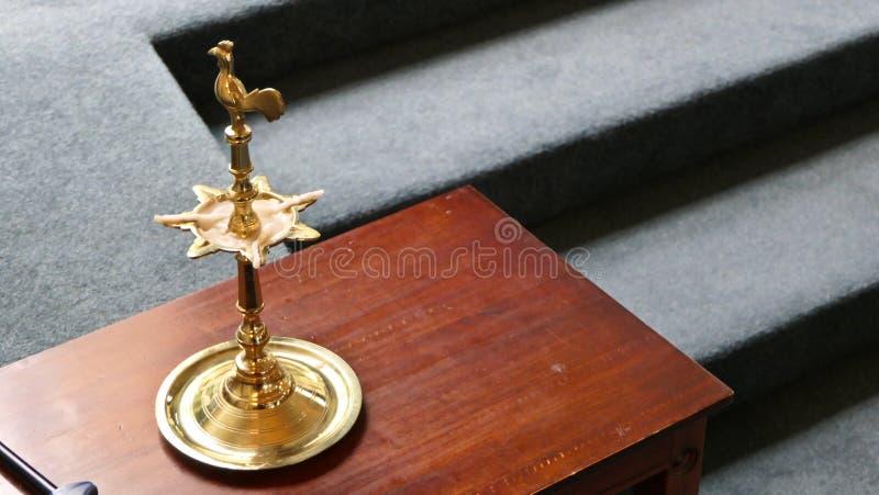 Religiöst kristet eller katolskt kapell och altare för worshippers arkivbild