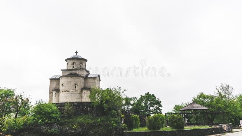 Religi?s arkitektur Kupol av den serbiska ortodoxa kyrkan under den Ostrog kloster i Montenegro arkivbilder