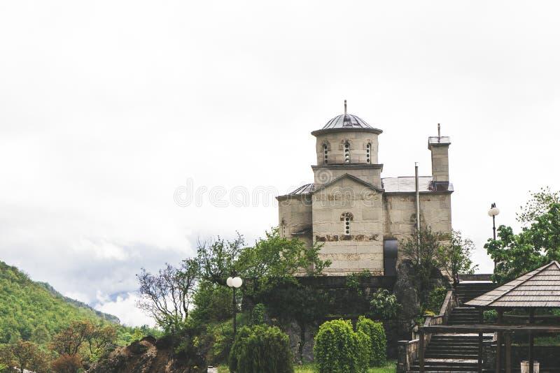 Religi?s arkitektur Kupol av den serbiska ortodoxa kyrkan under den Ostrog kloster i Montenegro royaltyfri foto