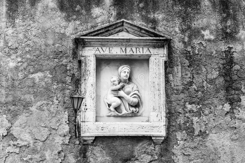 Religi?s nisch f?r gatav?gg med liten skulptur av Maria med Jesus royaltyfria foton