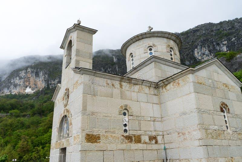 Religi?se Architektur Haube der serbischen orthodoxen Kirche unter Ostrog-Kloster in Montenegro stockfotografie