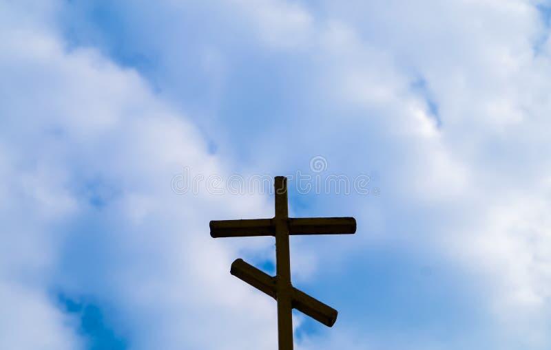 Religia drewniany krzyż przeciw niebieskiemu niebu obraz stock