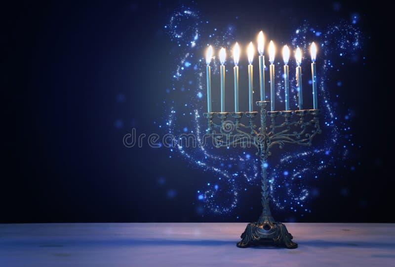 Religieus beeld van joodse vakantie Hanukkah-achtergrond met de traditionele menorah candelabra en kaarsen royalty-vrije stock foto's