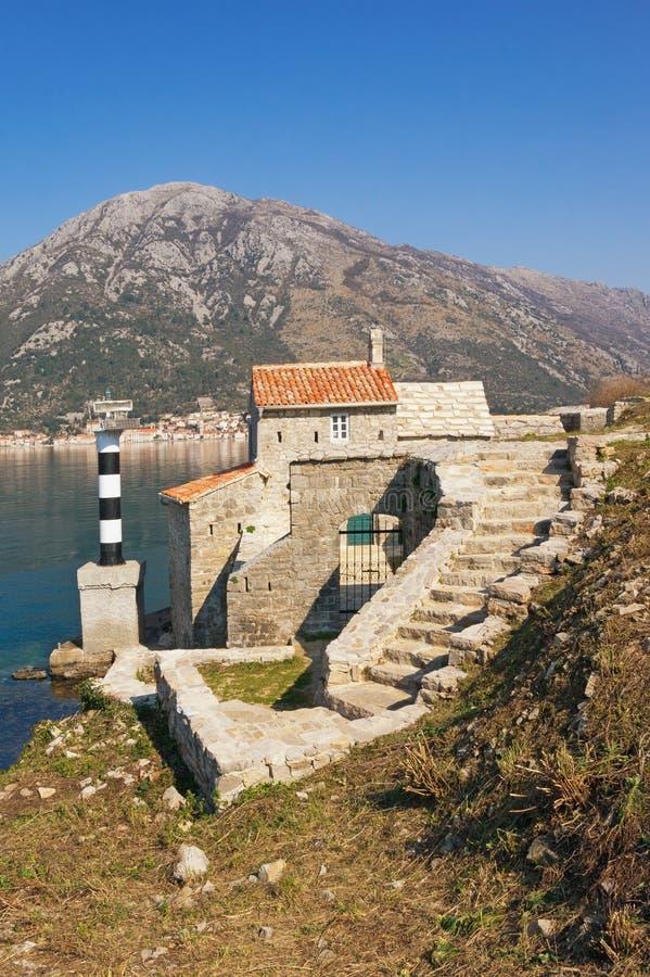 Religijna architektura Widok antyczny kościół katolicki Nasz dama aniołowie na pogodnym wiosna dniu Montenegro, zatoka Kotor zdjęcia stock