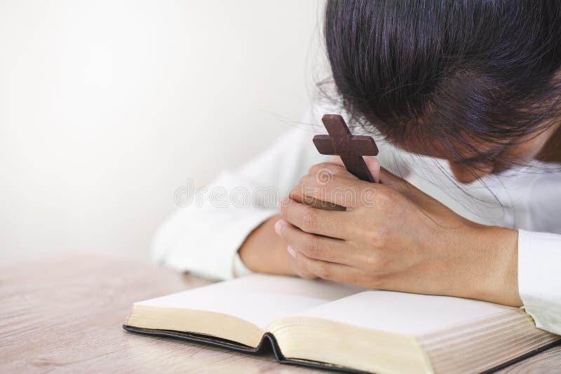Religijna młoda kobieta ono modli się bóg w ranku, spirtuality i religii, Religijni pojęcia zdjęcie royalty free