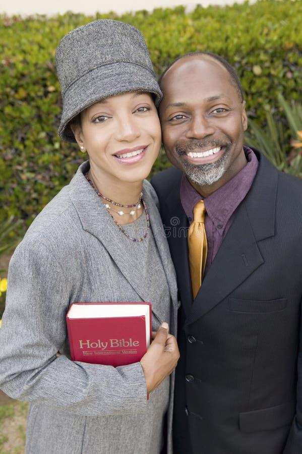 Religijna para z biblią w ogrodowym portreta wysokiego kąta widoku zdjęcie stock