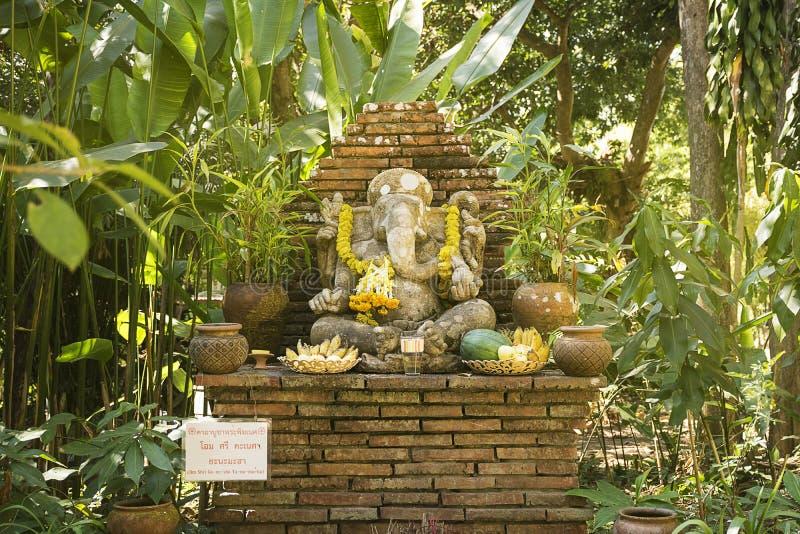 Religijna słonia kamienia rzeźba Ganesha bóg w ogródzie zdjęcie royalty free