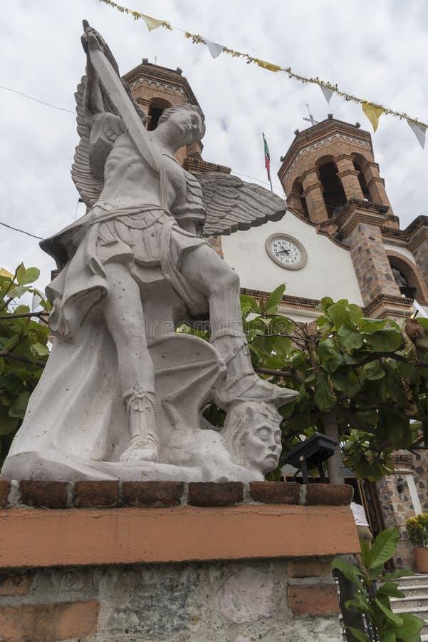 Religijna statua na zewnątrz Parroquia De San Miguel Arcangel Pitillal Puerto Vallarta zdjęcie stock