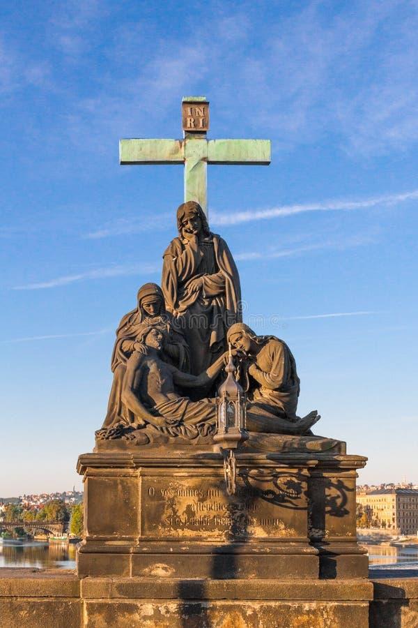 Religijna statua przy Charles mostem Praga zdjęcie stock