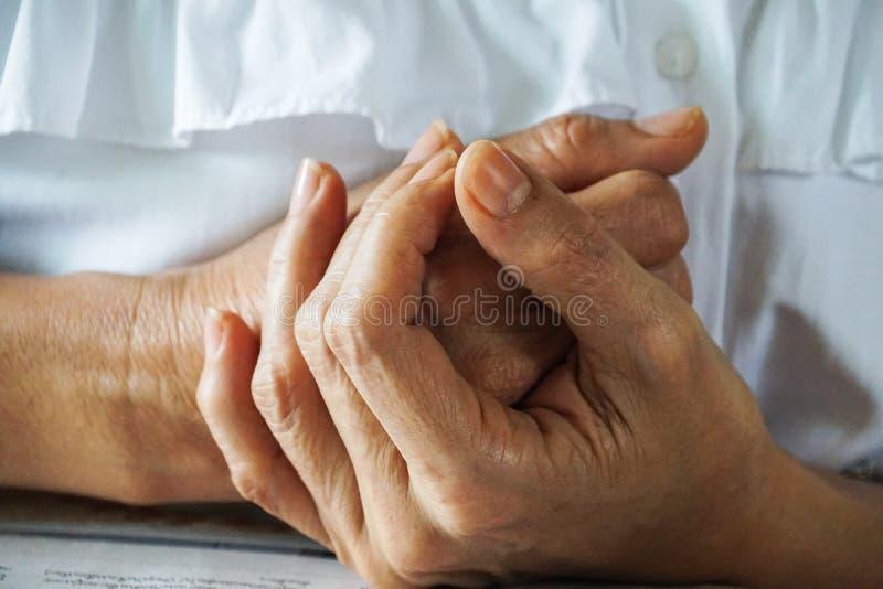 Religijne starych kobiet ręki modlą się nadzieję obraz stock
