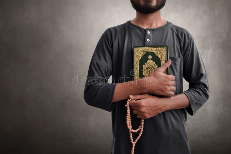 Religijni muzułmańscy mężczyzny mienia różana i koranu koraliki obraz stock