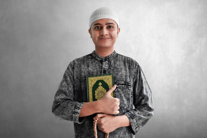 Religijni muzu?ma?scy m??czyzny mienia r??ana i koranu koraliki obraz royalty free