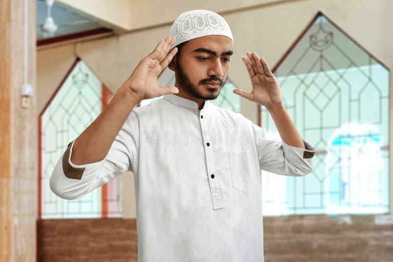 Religijny azjatykci muzułmański mężczyzna ono modli się w meczecie fotografia stock