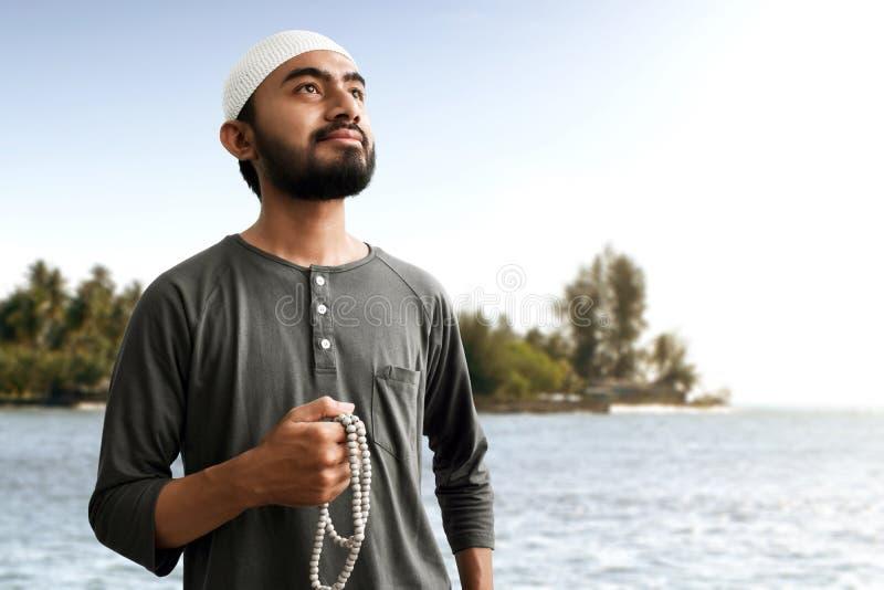 Religijny azjatykci muzułmański mężczyzna z różanów koralikami zdjęcie royalty free