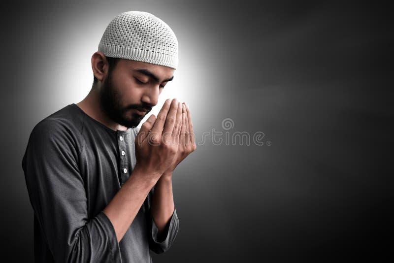 Religijny azjatykci muzu?ma?ski m??czyzna modlenie zdjęcie royalty free