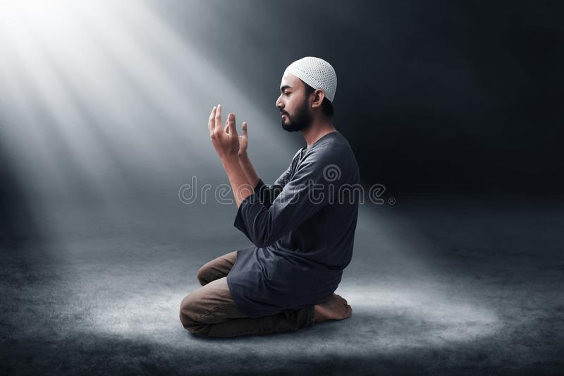 Religijny azjatykci muzu?ma?ski m??czyzna modlenie obrazy royalty free