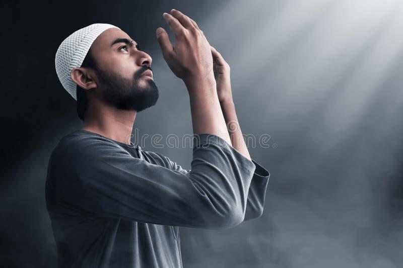 Religijny azjatykci muzu?ma?ski m??czyzna modlenie zdjęcia royalty free