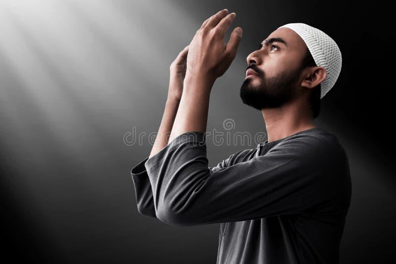 Religijny azjatykci muzu?ma?ski m??czyzna modlenie obraz stock