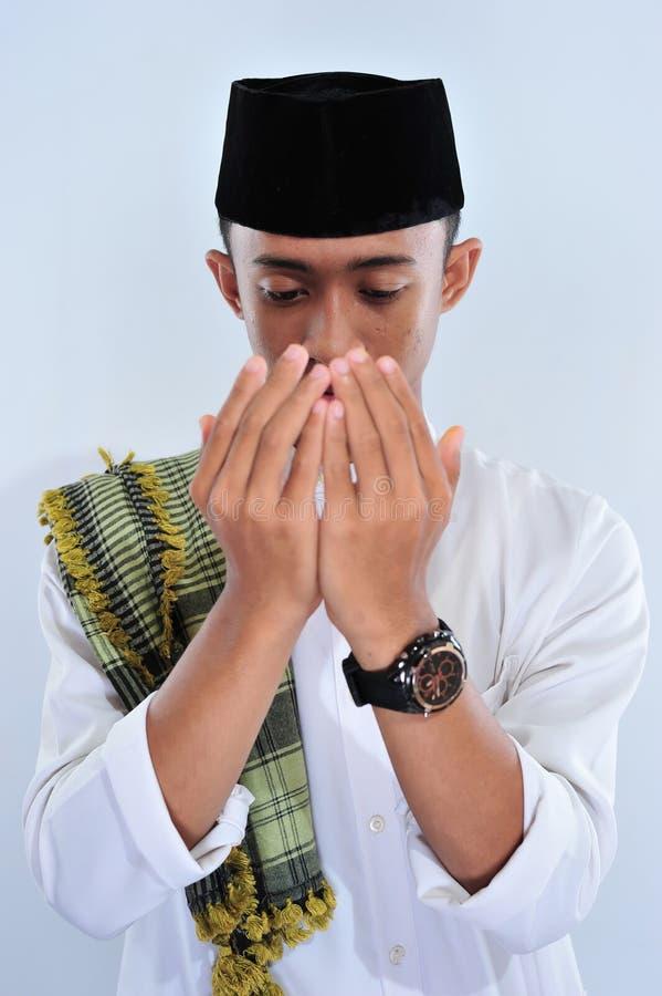 Religijny azjatykci muzu?ma?ski m??czyzna w tradycyjnym smokingowym ono modli si? i robi dua, Azjatycka muzu?ma?ska m??czyzna odz zdjęcia stock