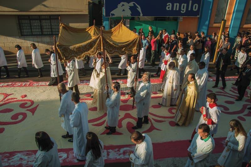 Religijny korow?d na kolorowym piaska dywanie przy ?wi?tym tygodniem zdjęcia royalty free
