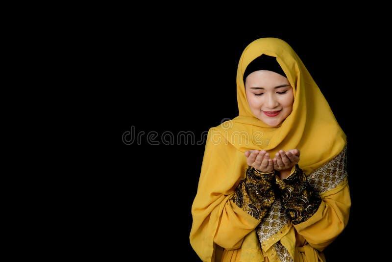 religijny młody Muzułmański kobiety modlenie zdjęcia royalty free