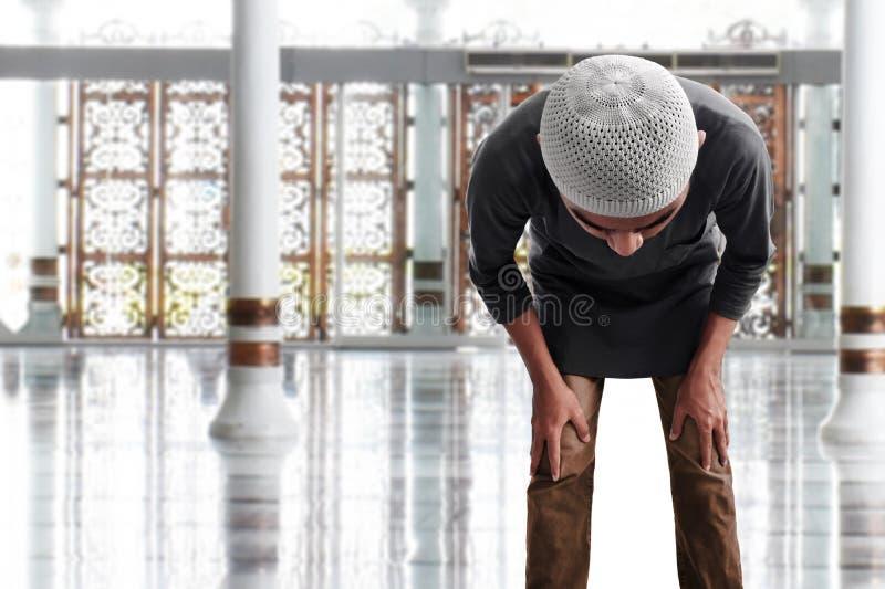 Religijny muzu?ma?ski m??czyzna modlenie w meczecie fotografia stock