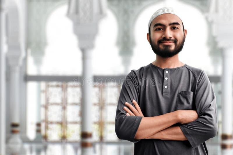 Religijny muzu?ma?ski m??czyzna w meczecie fotografia royalty free