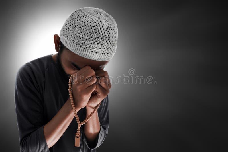 Religijny muzu?ma?ski m??czyzny modlenie z r??an?w koralikami zdjęcia royalty free