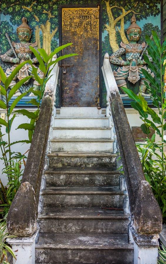 Religionkonsten av den konkreta trappan och prästgården royaltyfri foto
