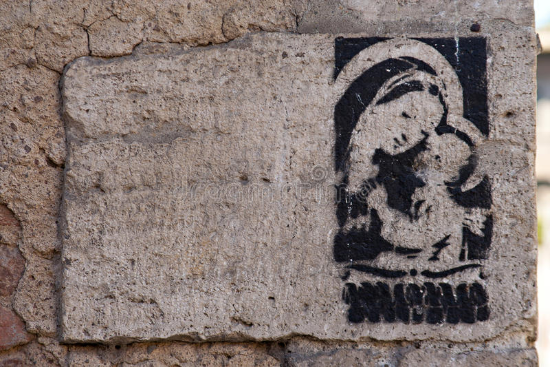 Religionsgraffiti von Madonna mit Kind auf der Wand, Rom lizenzfreies stockfoto