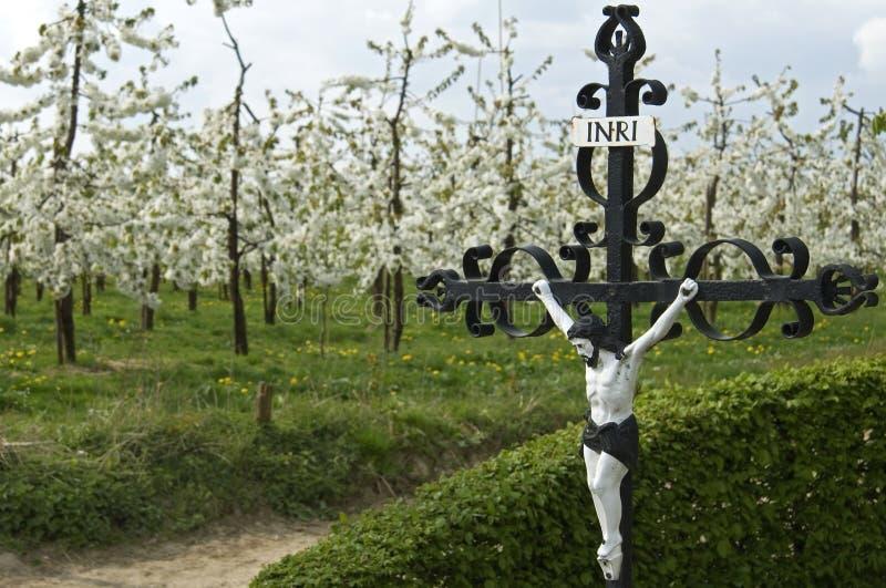 Religiosidad, economía y naturaleza en paisaje rural fotos de archivo