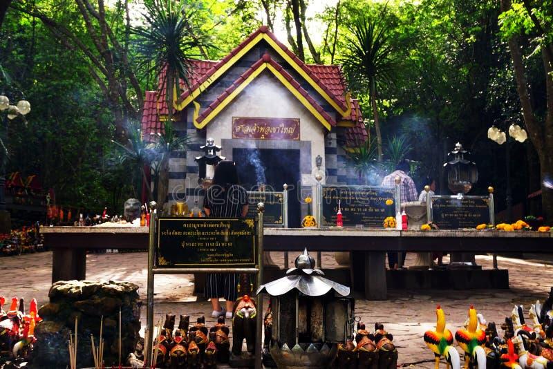 Relikskrin av den Khao Yai nationalparken Mycket thailändska personer kommer att respektera och be för att gud ska välsigna dig l arkivfoton