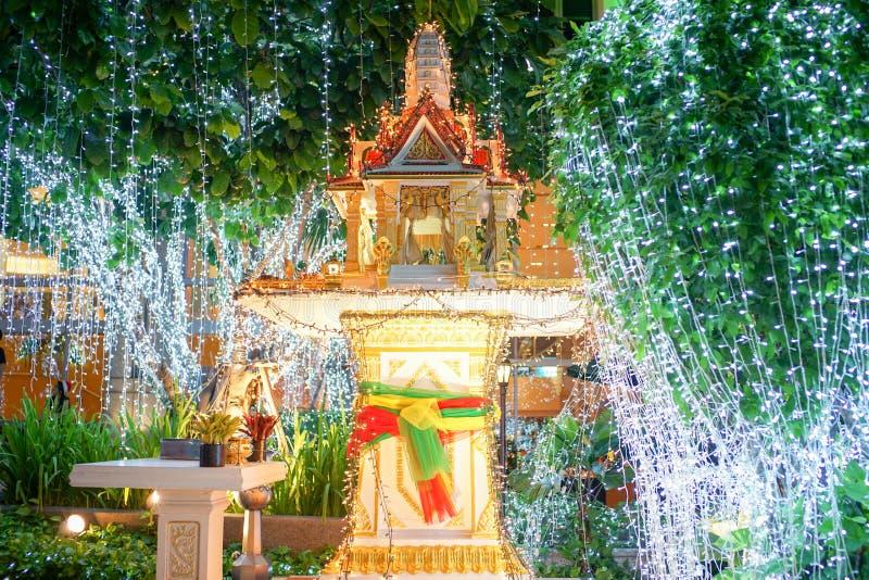 Relikskrin av Thailand på natten smyckas med LEDDE ljus på trädet royaltyfri fotografi