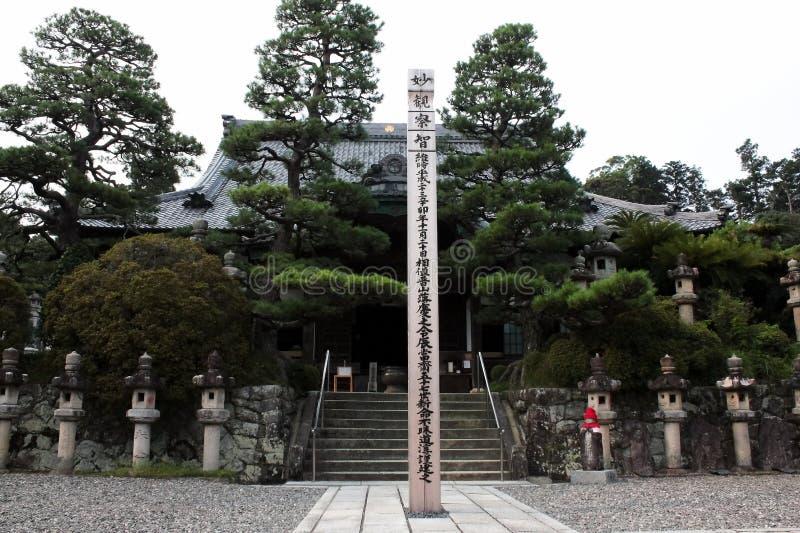 Relikskrin eller templet på Japan, folk kommer att göra merit eller att välsigna lyckan royaltyfria bilder