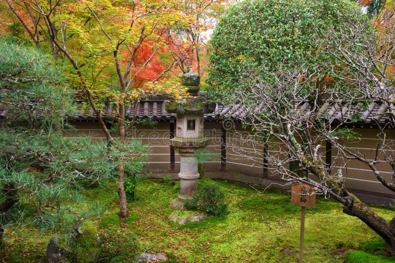 relikskrin och hösten arbeta i trädgården på den Eikando templet, Kyoto royaltyfri fotografi