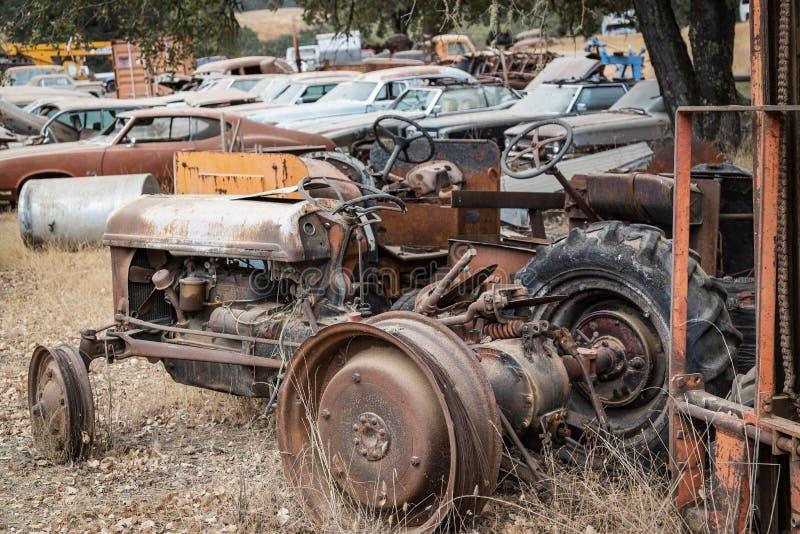 Reliques Ole Tractor de vieux clou et chute photo stock