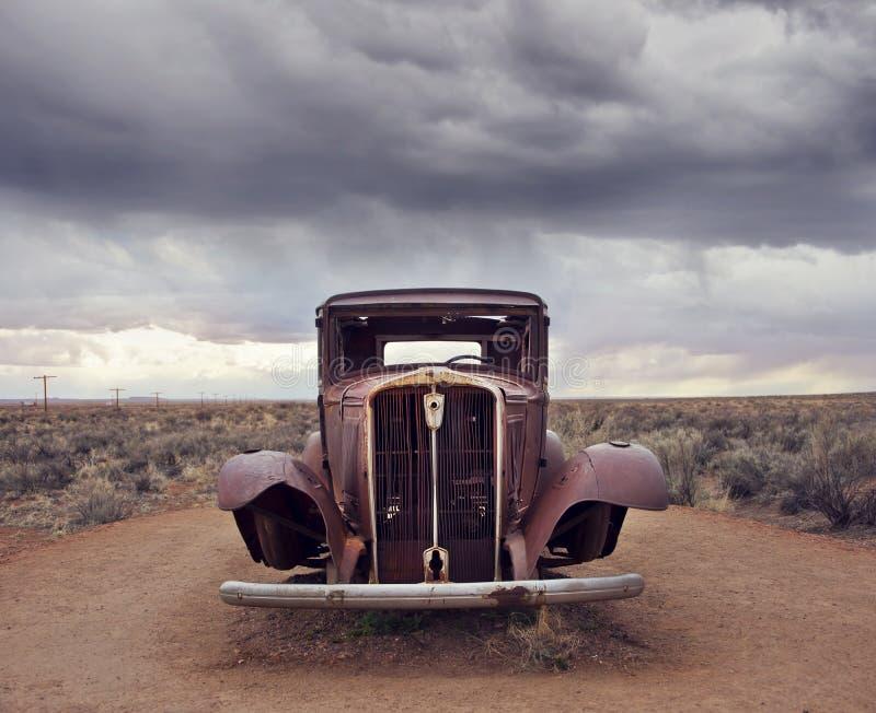 Reliquia d'annata dell'automobile di Route 66 vicino all'entrata del nord Petrified Forest National Park in Arizona, U.S.A. fotografie stock libere da diritti