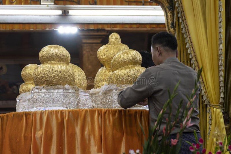 Reliquias de oro para las ceremonias, Myanmar fotografía de archivo libre de regalías