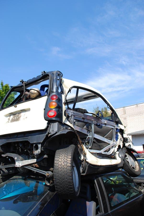 Relitti dell'automobile su un'iarda del residuo fotografia stock libera da diritti