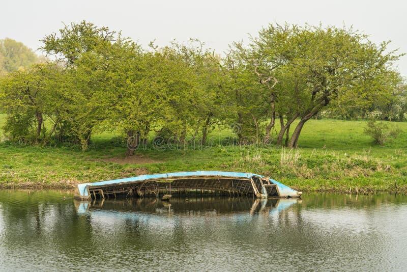 Relitto della barca sommerso metà immagine stock