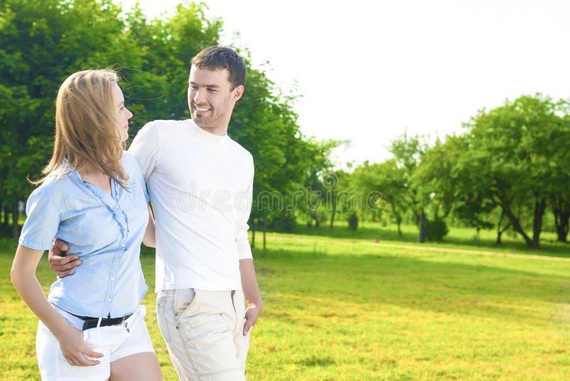 Rellationships begrepp Ung lycklig Caucasian Ou för par tillsammans fotografering för bildbyråer