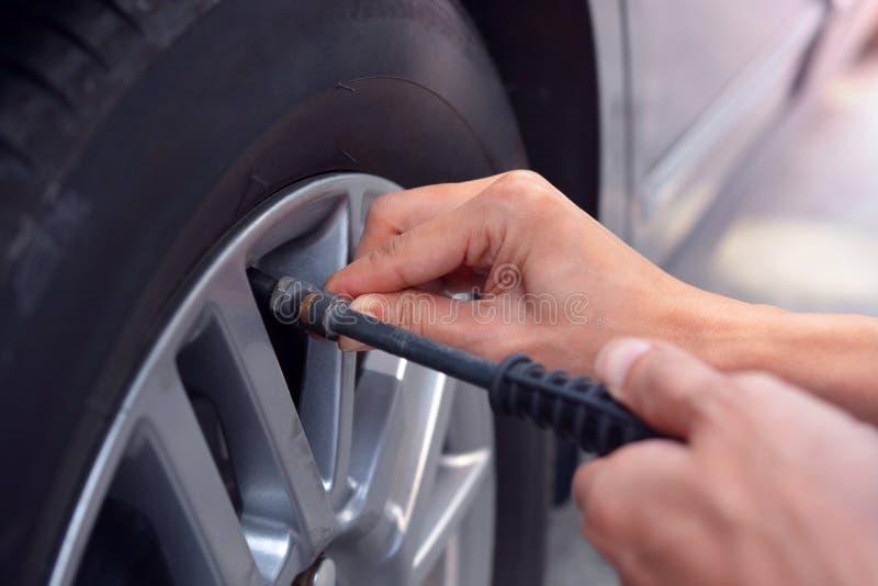 Rellenar el aire en el neumático de coche fotografía de archivo libre de regalías
