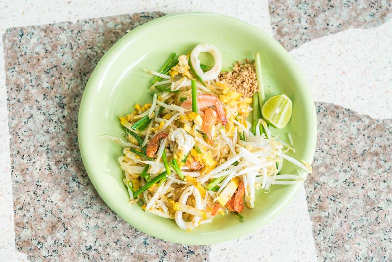 Rellene los tallarines tailandeses, sofritos en estilo tailandés imagen de archivo libre de regalías