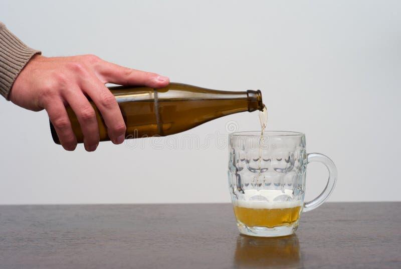 Relleno de una pinta de cerveza fotos de archivo libres de regalías
