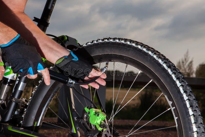 Relleno del aire de la rueda de la bici foto de archivo libre de regalías