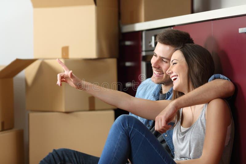Relocalisation de planification de couples dans la cuisine images libres de droits